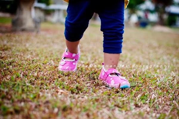 5 aktiviti sihat luar rumah bersama anak-anak cuti sekolah, kaki kanak-kanak, kanak-kanak berjalan, tips aktiviti bersama anak-anak cuti sekolah, perkara yang dapat dilakukan cuti sekolah, aktiviti sihat bersama keluarga,
