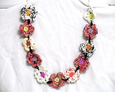 Colar de flores de croche passo a passo muito bonito onde se vê flores de crochê e botões