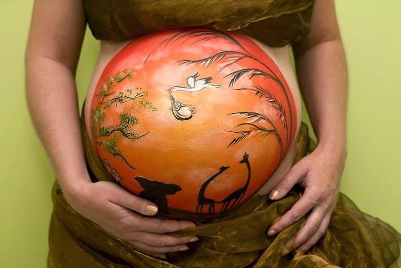 Peinture sur le corps, paysage sur le ventre d'une femme enceinte