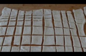 Κόβει τη ζύμη σε τετράγωνα. Αυτό που κάνει με αυτά είναι το απόλυτο σνακ!