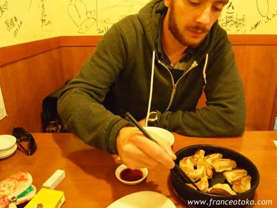 福岡 天神 おいしい鉄鍋餃子のレストラン、とんとん