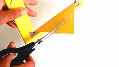 Gunting bagian kertas yang melebihi bingkai