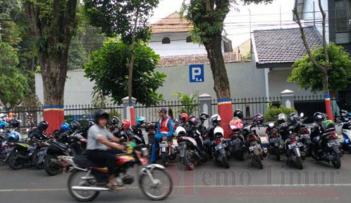 Parkir pengunjung Alun-alun yang dijaga oleh petugas dari Dishub.