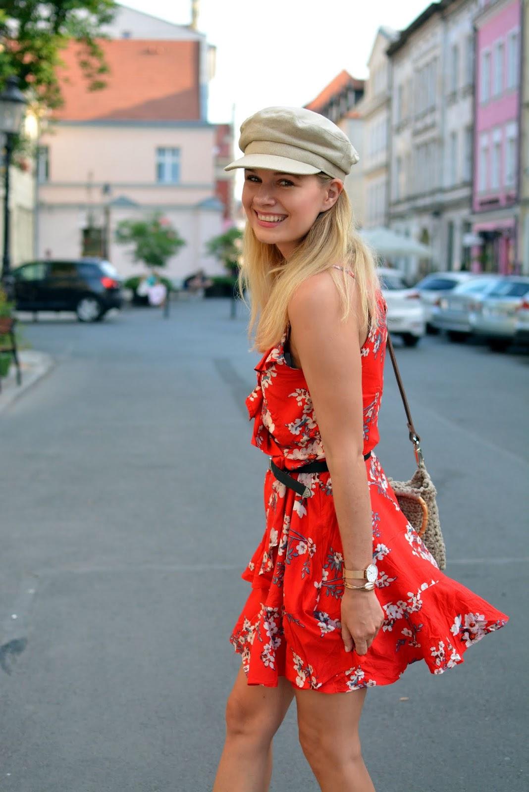 Czerwona sukienka z falbankami