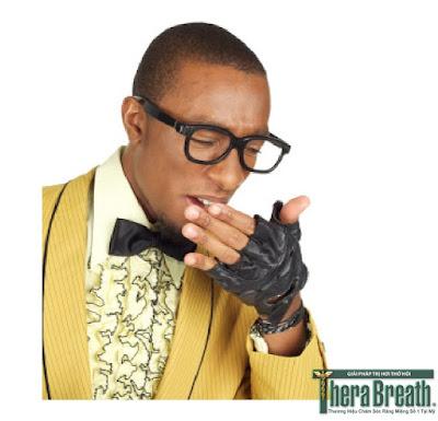 Thổi hơi vào tay để kiểm tra hơi thở có mùi không hiệu quả