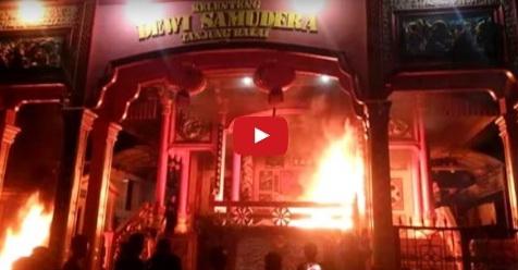 Umat Islam Tanjung Balai Bakar Vihara Setelah Warga Tionghoa Ngamuk Dengar Suara Adzan (Video)