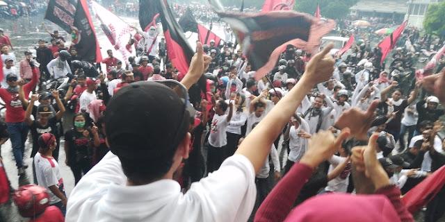 Keonaran Massa Beratribut PDIP Bisa Gerus Elektabilitas Partai dan Jokowi