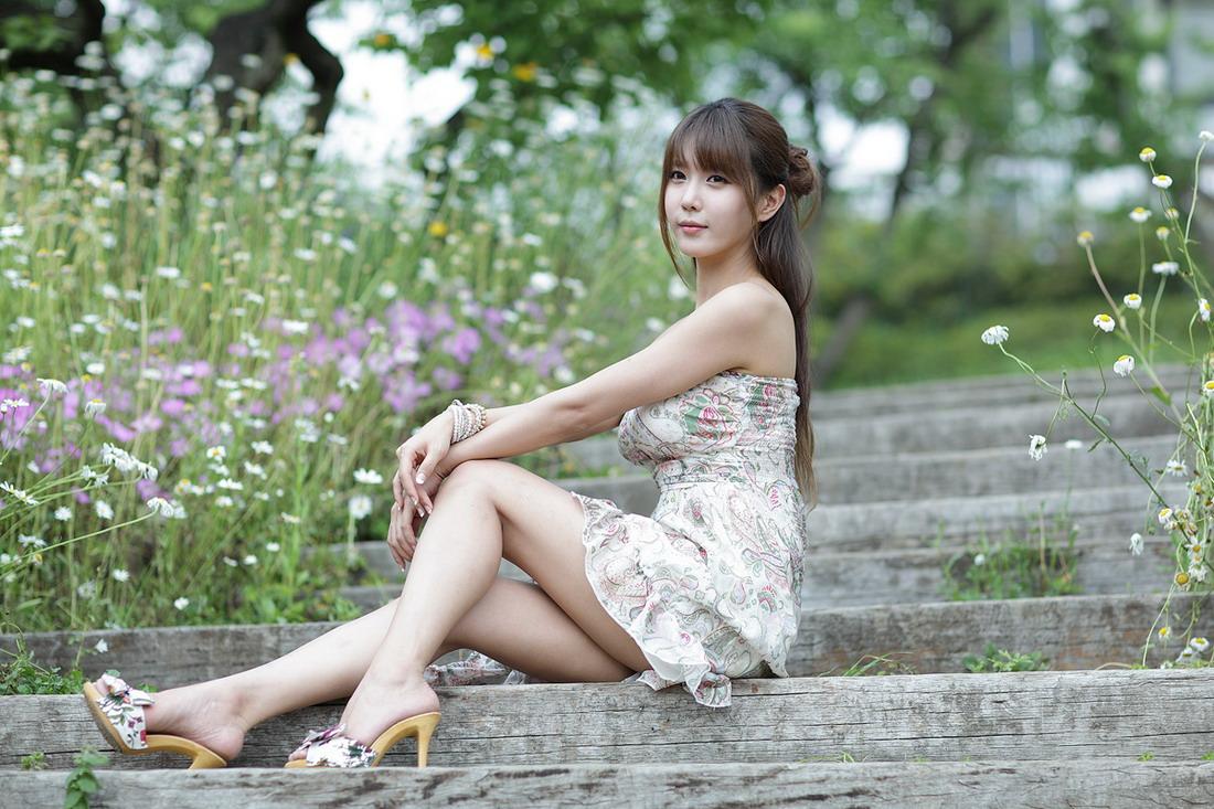 Heo Yun Mi with Strapless Dress - Girls Idols Wallpapers