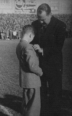 Santiago Bernabéu impone la insignia del Real Madrid a Arturito Pomar en el Estadio de Chamartin (1949)