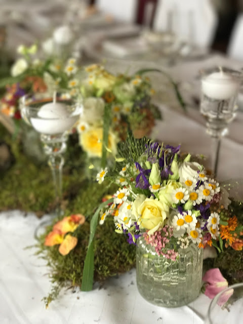 Tischblumen Bunte Wiesenblumenhochzeit im Riessersee Hotel Garmisch-Partenkirchen, heiraten in Bayern, zwei Bräute, Regenbogen