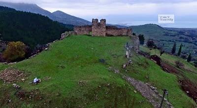 Μαγευτική πτήση πάνω από το κάστρο της «Κυράς των Θερμοπυλών» στη Μενδενίτσα