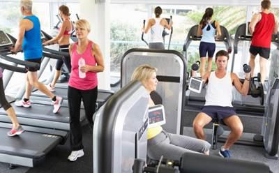 Gente entrenando en el gimnasio combatiendo la gripe