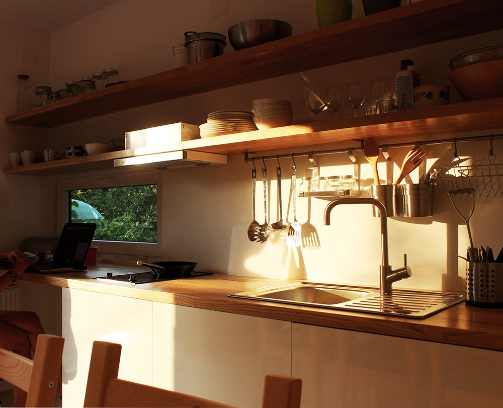 ein gartenhaus in rum nien wurde stilvolle ferienwohnung haus umbauen renovieren und ideen. Black Bedroom Furniture Sets. Home Design Ideas