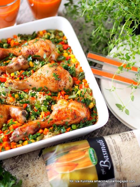 palki kurczaka zapiekane z ryzem i warzywami, kurczak, podudzia kurczaka, obiad z piekarnika, kurcze na ryzu, ryz, warzywa mrozone, palki na ryzu
