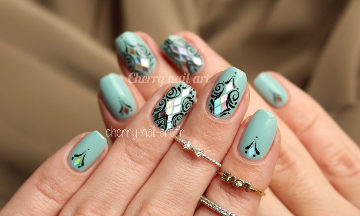 nail-art-paillettes-losanges-arabesques-abstrait-tanya-burr