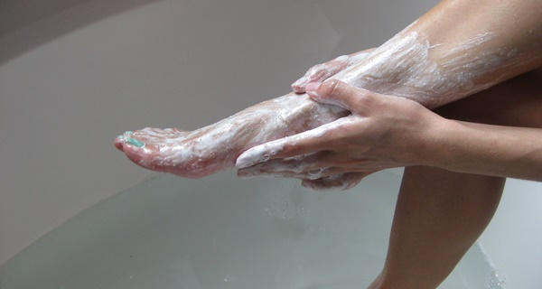She Rubs Baking Soda On Her Feet 2x Per Week. The Result is Stunning