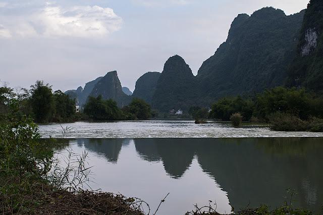 Reflets des pics karstiques sur la rivière Yulong