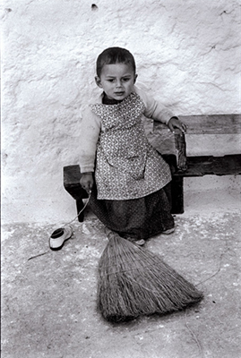 http://kvetchlandia.tumblr.com/post/155429441138/constantine-manos-little-boy-outside-his