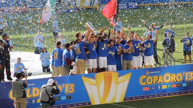 La selección de futbol de Estados Unidos festeja tras recibir la Copa de Oro 2013, hasta hoy su último campeonato