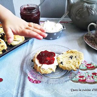 https://danslacuisinedhilary.blogspot.com/2017/11/scones-aux-raisins-secs-et-creme-facon-clotted-cream.html