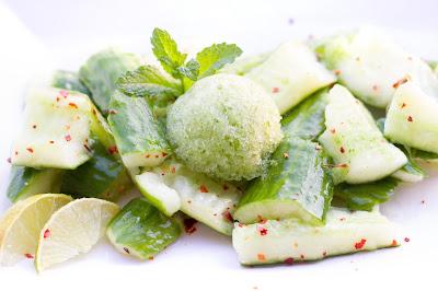 Smashed Gurkensalat mit Gurkensorbet