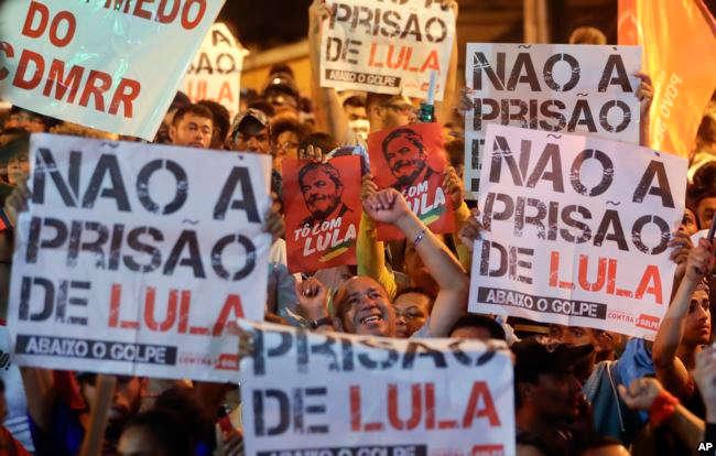 Manifestantes que apoyan al jefe del PT en vigilia afuera de la Federación de Metalúrgicos / AP
