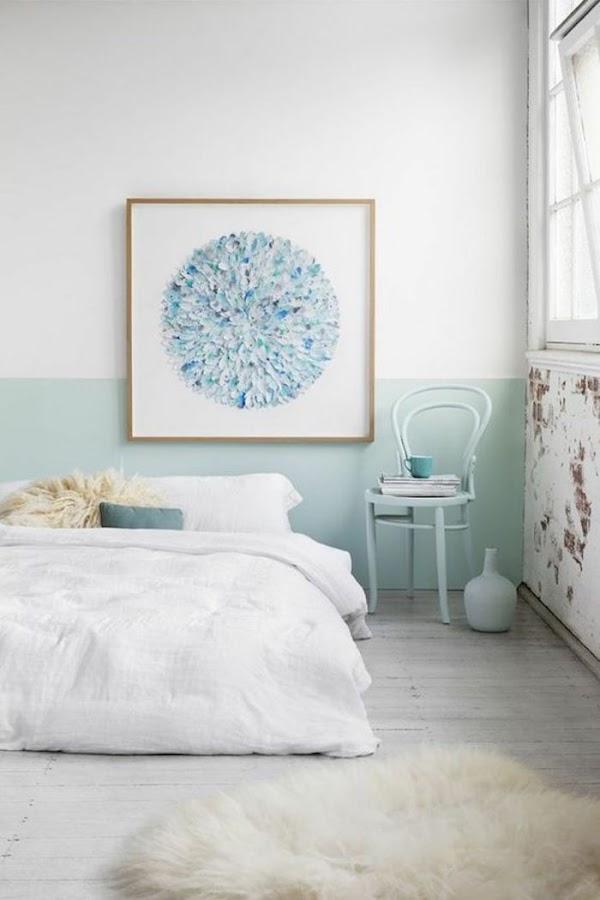 Pared de dormitorio pintada de blanco y azul claro