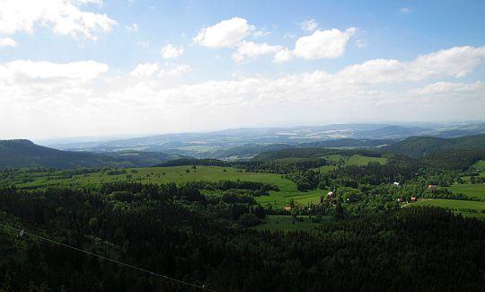 Widok w kierunku Karkonoszy. Z lewej widać fragment Skalniaka z Błędnymi Skałami.