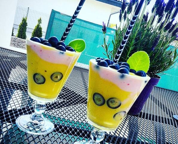 https://zielonekoktajle.blogspot.com/2017/08/mango-banan-maliny-mleko-kokosowe.html