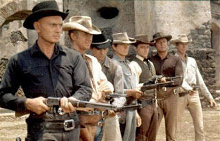 Orden de aparición de los siete pistoleros: Yul Brynner (Chris Adams) -  Steve McQueen (Vin) Horst Buchholz (Chico) Charles Bronson (Bernardo O'reilly) Robert Vaughn (Lee) Brad Dexter (Harry Luck) y James Coburn (Britt)