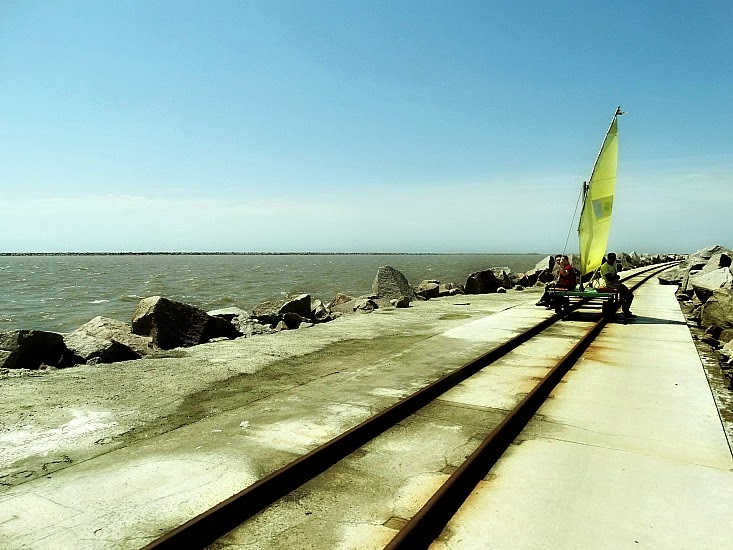 Vagoneta em trilho sobre os Molhes da Barra de Rio Grande