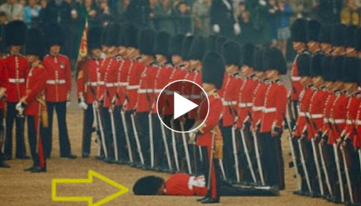 قصة هذه الصوره| لماذا الجندي ملقي علي الارض ولا احد يلتفت اليه ستندهش عندما تقرأ السبب #شاهد