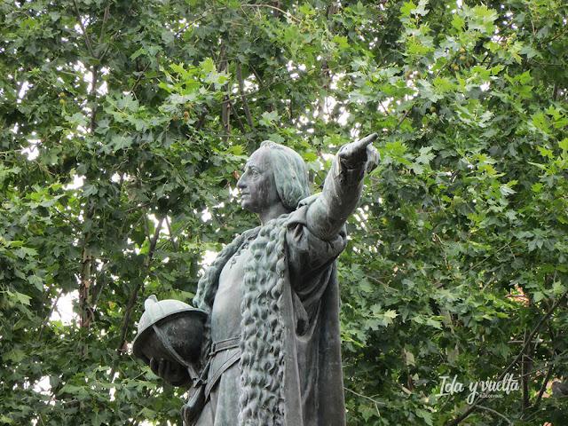 Colón en la plaza que lleva su nombre