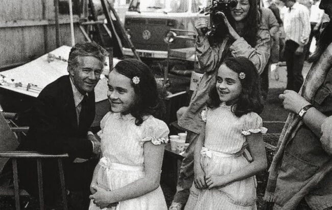 60 Iconic Behind-The-Scenes Pictures Of Actors That Underline The Difference Between Movies And Reality - The twins don't look creepy at all as they did in the The Shining