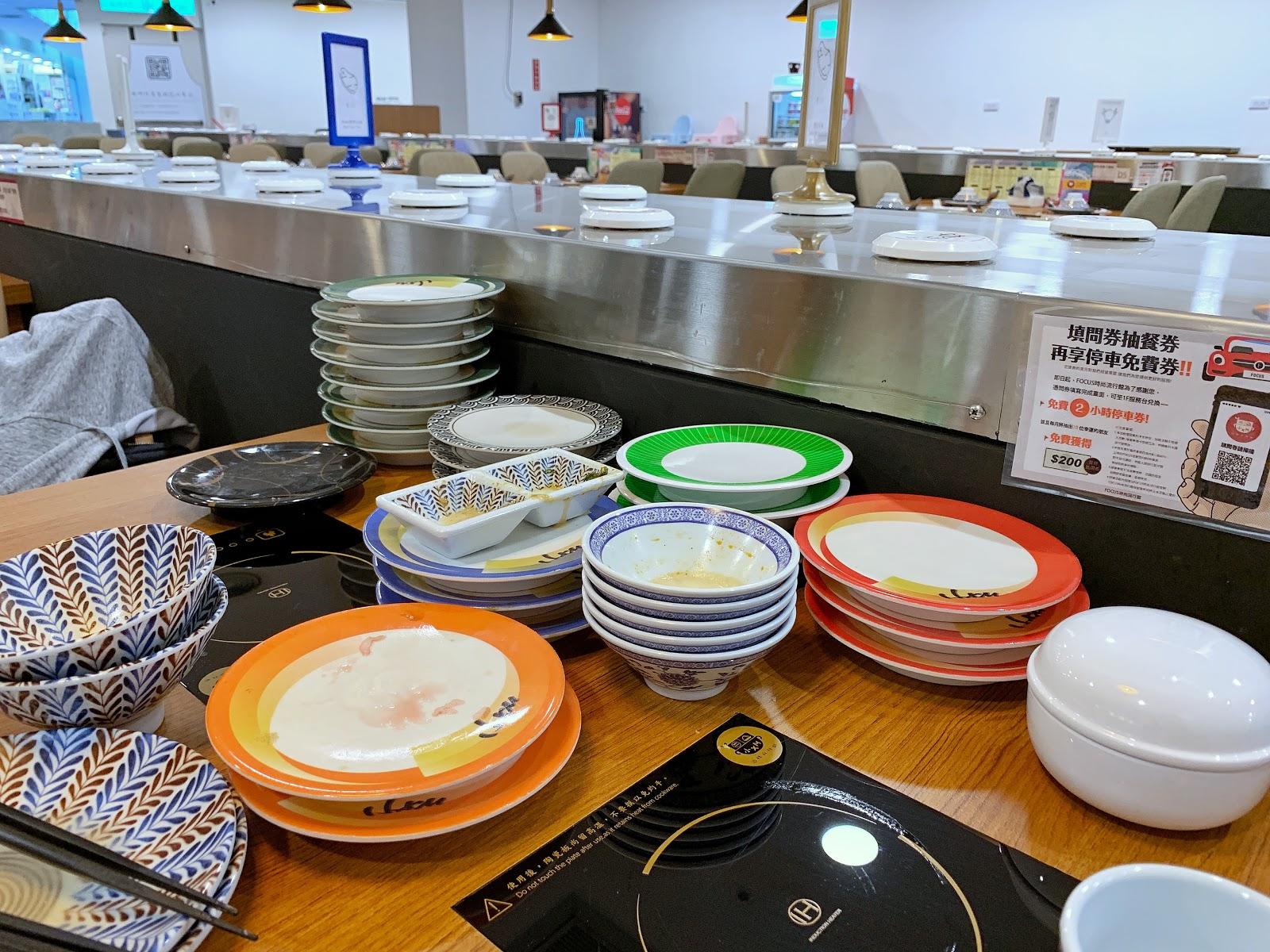 小XM迴轉麻辣鍋,用餐完畢後,將盤子依照顏色分類放好,還可以免一成服務費