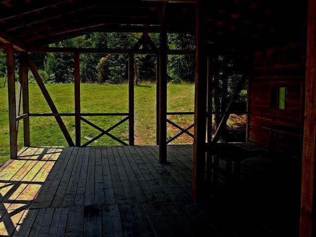 Pod drewnianą wiatą na drodze w stronę Borżawy