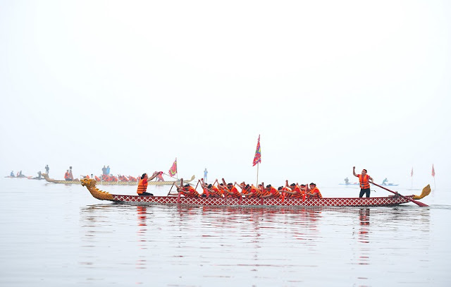 The first dragon boat race on Hanoi's giant lake