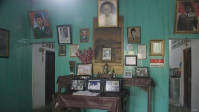 foto Sukarno dipajang di ruang tamu rumah Djiauw Kie Siong Rengasdengklok.