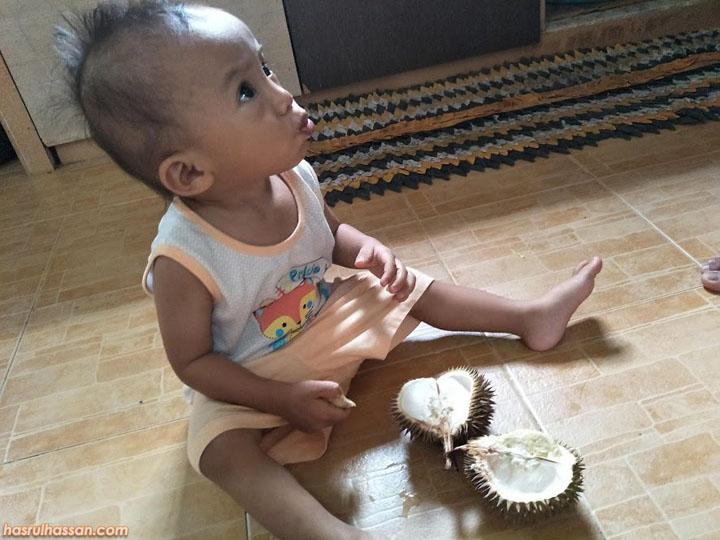 Gelagat Najmi Pertama Kali Makan Buah Durian