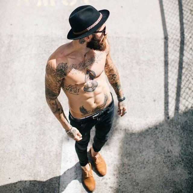 tatuagem masculina no braço e peitoral