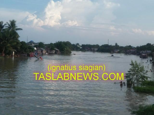 Masyarakat, petugas Basarnas dan Satpol Air Tanjungbalai sedang melakukan pencarian,  Rabu (29/8).
