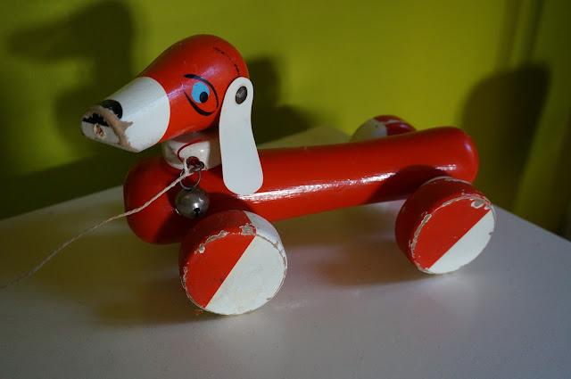 un teckel à roulette  60s Push & pull dachshund toy 1960s années 60 jouet en bois
