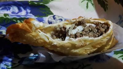 Pastel de carne com ovo cozido e azeitonas