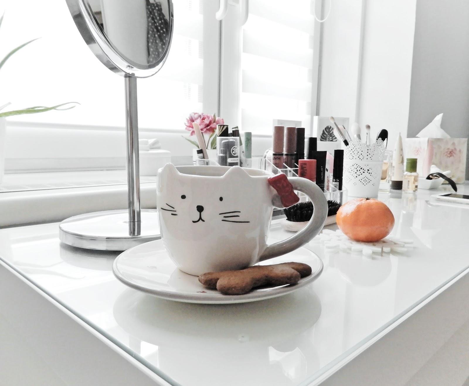 toaletka, biała toaletka, toaletka malm ikea, ikea, ikea toaletka, komoda alex, organizacja i przechowywanie kosmetyków, meble ikea,