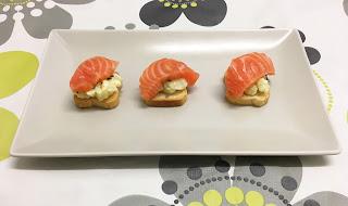 Canapé de sashimi de salmón fresco