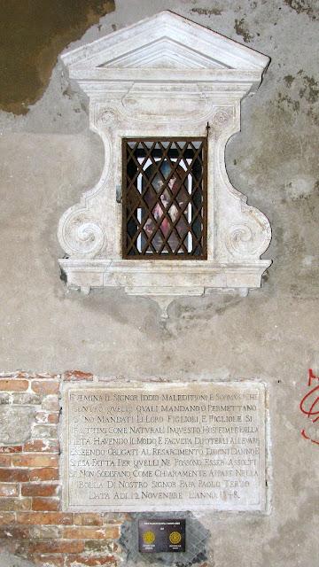 Capitelo und Inschrift an der Wand der Kirche della Pietà in der gleichnamigen Calle