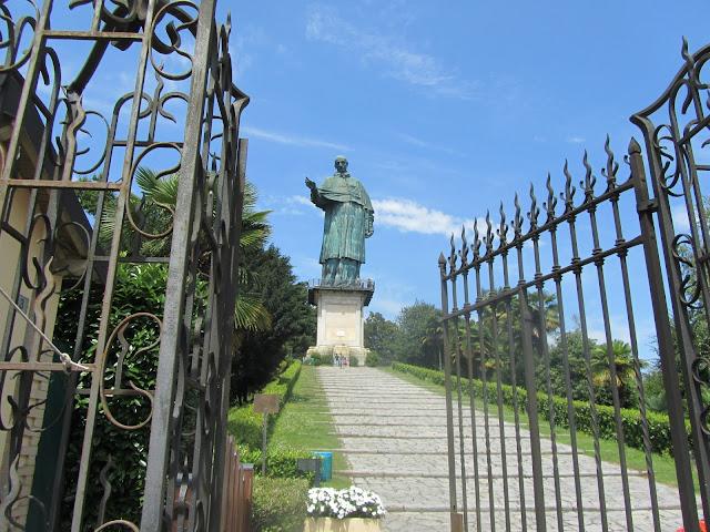 Scalinata Statua San Carlo Borromeo