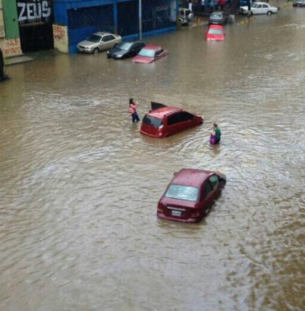 Avenida Victoria se inundó tras fuertes lluvias en Caracas