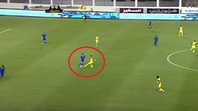 شاهد .. حسام غالي يتسبب في هدف ضد فريقه النصر بخطأ دفاعي فادح