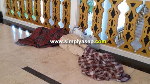 PULAS : Siapakah yang tidur di Masjid Raya Mujahidin Pontianak ini? Foto diambil pada tanggal 22 April 2018 pukul 07.20 wib. Foto Asep Haryono